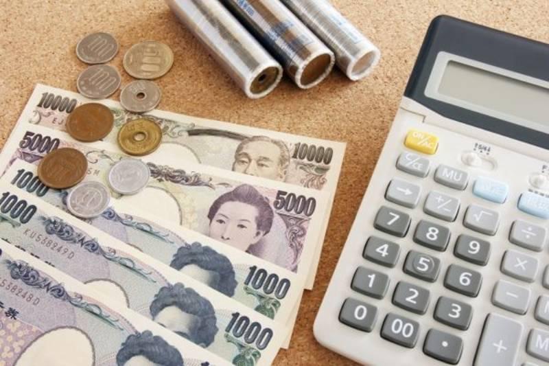 お金と電卓の画像